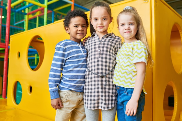 Groep kinderen poseren in de speelruimte