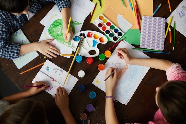 Groep kinderen tekenen boven weergave