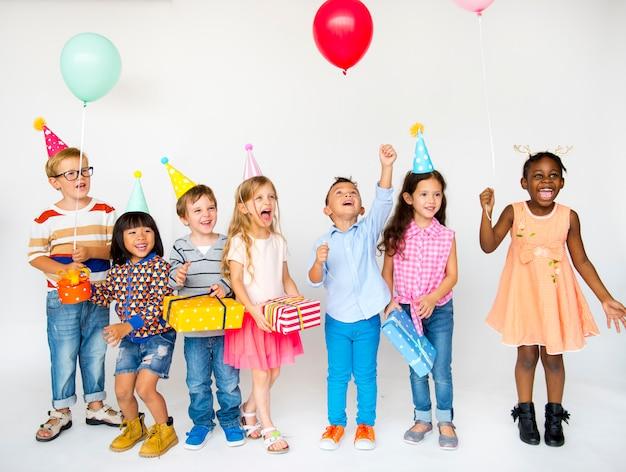 Groep kinderen vieren verjaardag samen