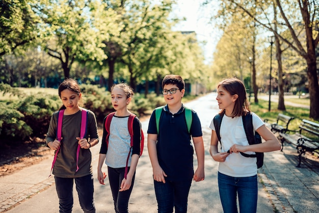 Groep klasgenoten die naar school gaan