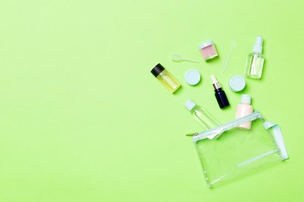 Groep kleine flessen voor reizen op groen