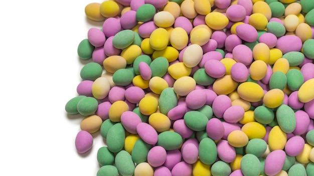 Groep kleurrijke pinda's in glazuur. bovenaanzicht.