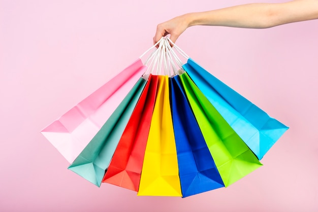 Groep kleurrijke zakken die worden gehouden