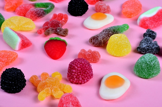 Groep kleverig suikergoed op roze achtergrond