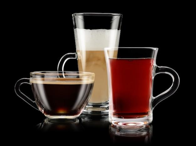 Groep koffie en theekoppen op zwarte achtergrond