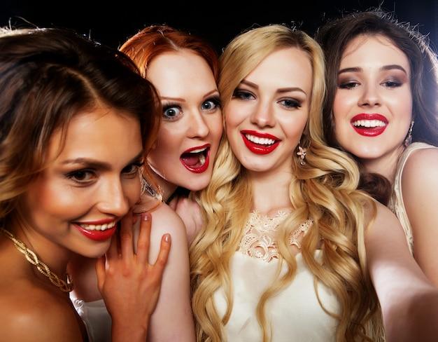 Groep lachende meisjes die partij hebben
