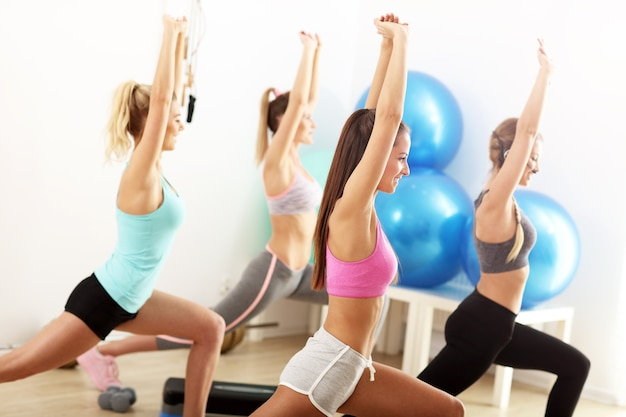 Groep lachende mensen die aerobics doen