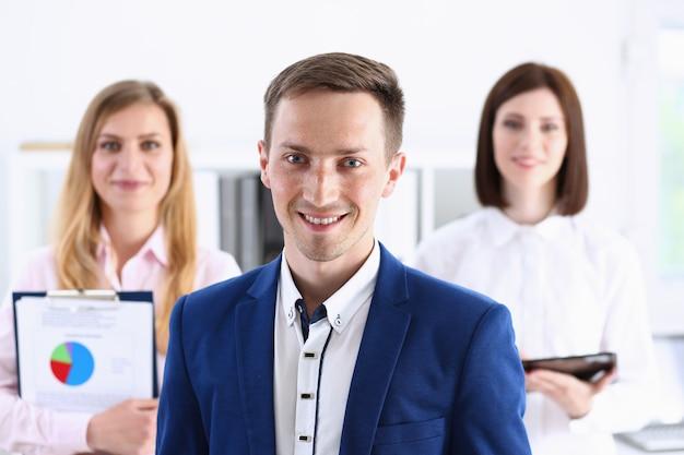 Groep lachende mensen staan in kantoor