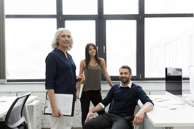 Groep lachende mensen uit het bedrijfsleven samen te werken