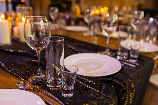 Groep lege en transparante champagneglazen in een restaurant. schone glazen op een tafel bereid door de barman voor champagne.