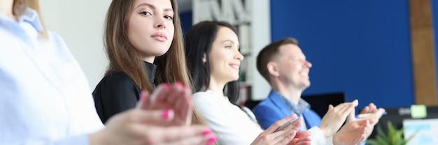 Groep luisteraars applaudisseren op zakelijke conferentie