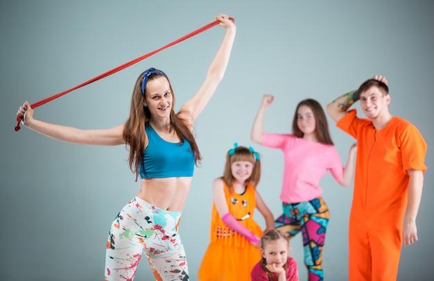 Groep man, vrouw en tieners dansen hip hop choreografie