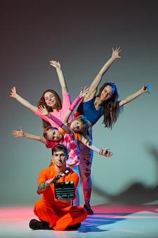 Groep man, vrouw en tieners dansen hiphop choreografie