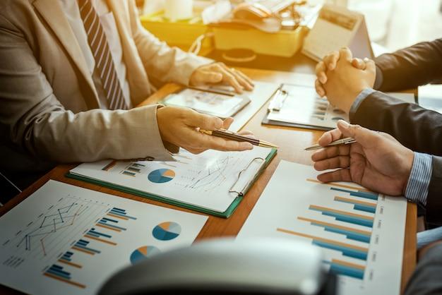 Groep mannelijke ondernemers die beheersproject bespreken tijdens het samenwerken