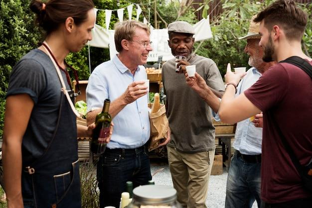 Groep mannen die lokale rode wijn samen drinken