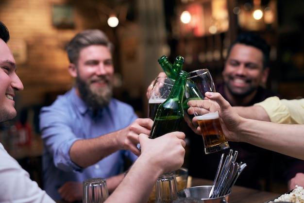 Groep mannen die proosten op een goed weekend