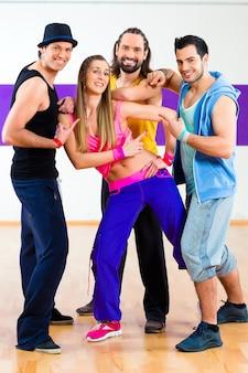 Groep mannen en vrouwen dansen zumba fitness choreografie in dansschool