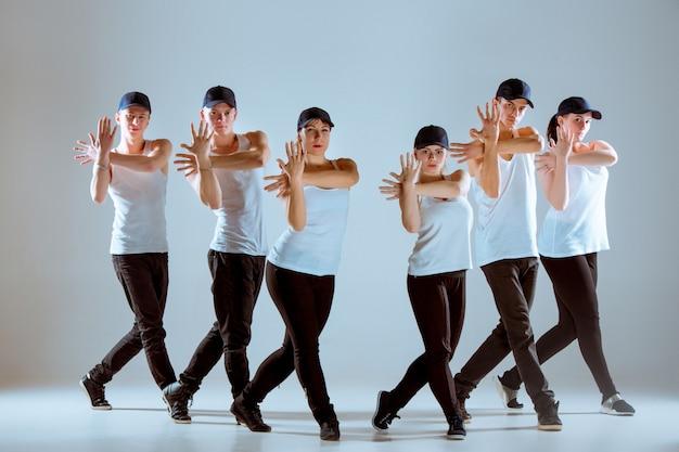 Groep mannen en vrouwen die hiphopchoreografie dansen