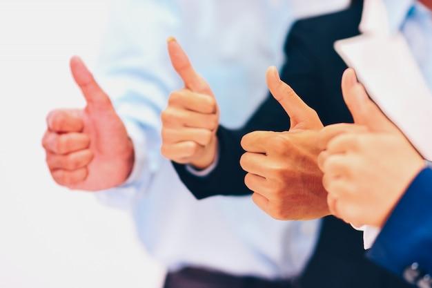 Groep mannen en vrouwen duimen opdagen