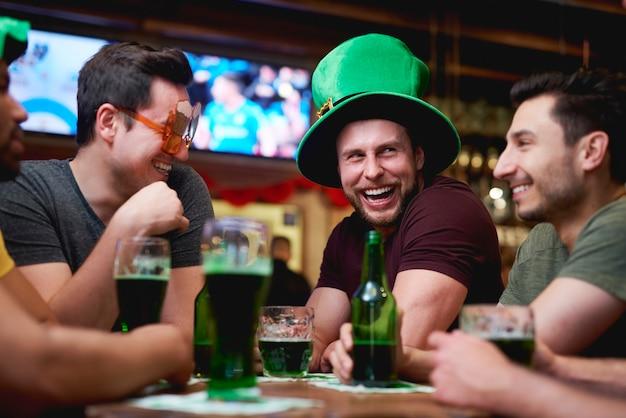 Groep mannen genieten van tijd samen in de kroeg