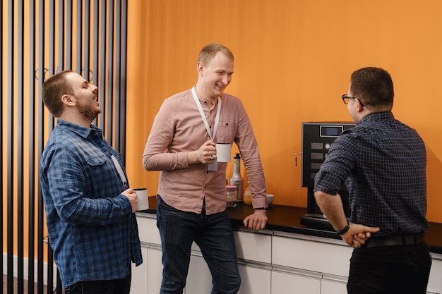 Groep medewerkers met een koffiepauze