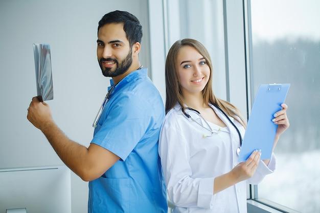 Groep medische arbeiders die in het ziekenhuis samenwerken