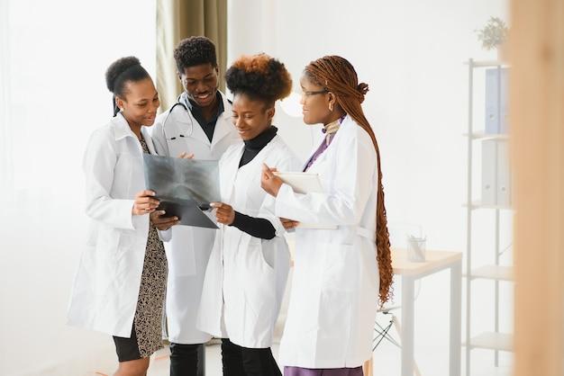 Groep medische artsen in bureau met röntgenfoto van de patiënt