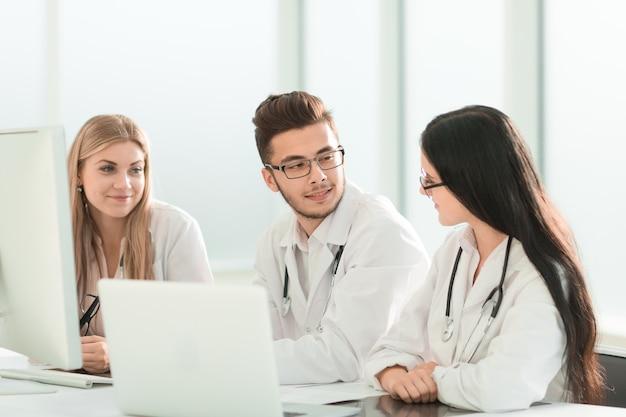 Groep medische experts die online informatie bespreken. technologie en gezondheid