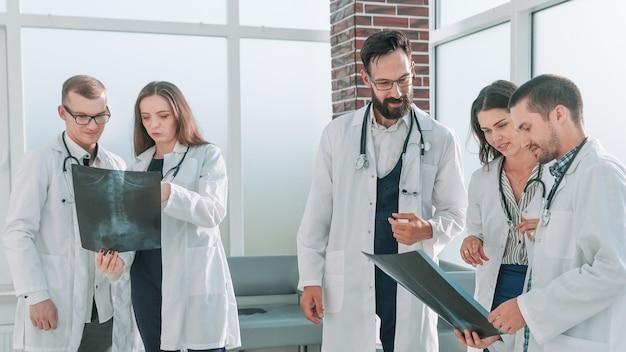 Groep medische studenten bespreken röntgenfoto's van patiënten. het concept van gezondheid