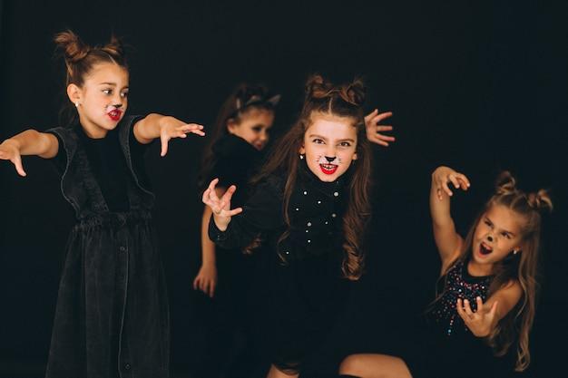 Groep meisjes gekleed in halloween-kostuums in studio