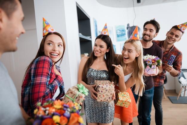 Groep mensen bereidt een verrassing voor feestvarken voor.