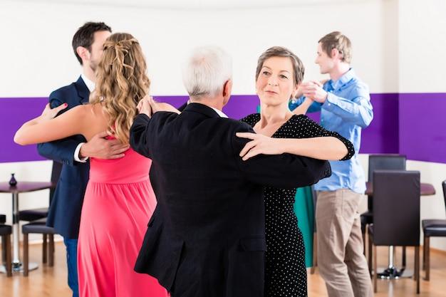 Groep mensen dansen in dansles