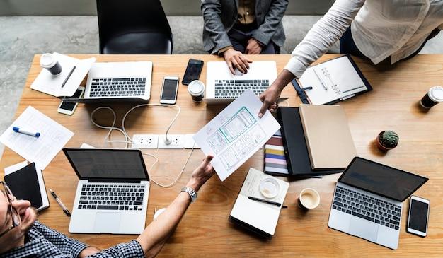 Groep mensen die aan websitemalplaatje werken