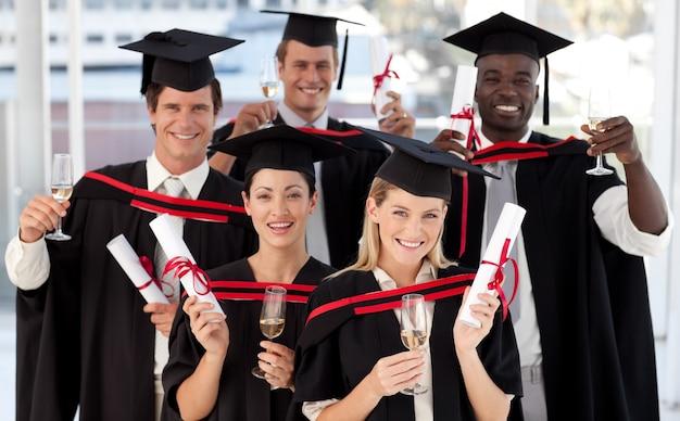 Groep mensen die afstuderen aan het college