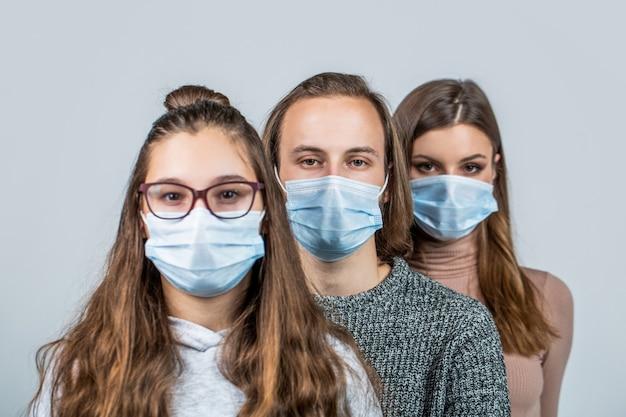 Groep mensen die beschermend medisch masker dragen ter bescherming tegen virusziekte. groep mensen met beschermend masker