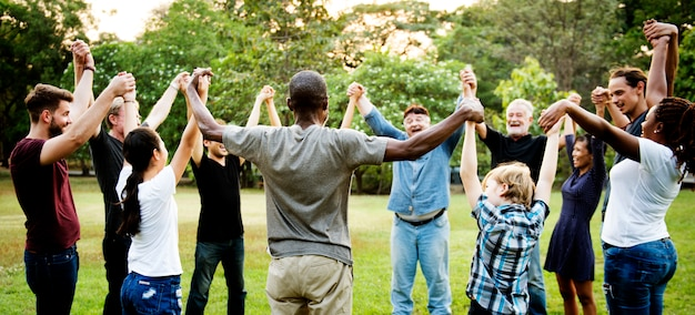 Groep mensen die de eenheid van het handssupportteam houden