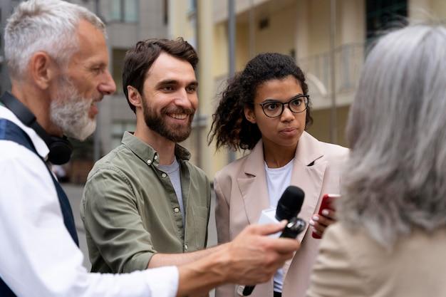 Groep mensen die een journalistiek interview doen