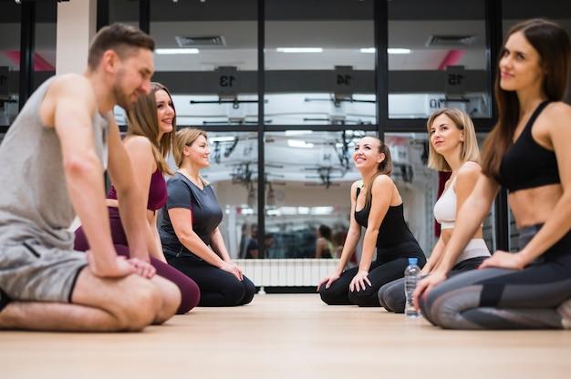 Groep mensen die een pauze nemen in de sportschool