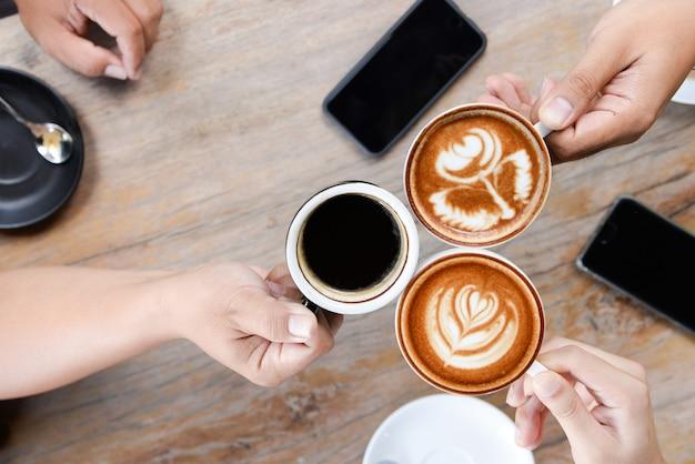 Groep mensen die een vergadering na succesvolle zakelijke onderhandelingen in een coffeeshop.