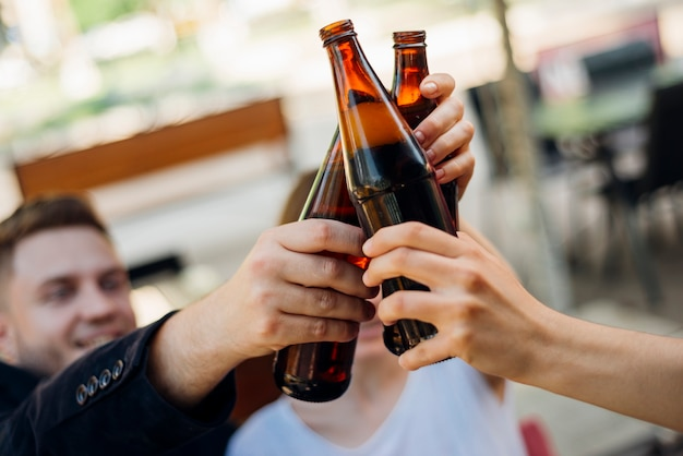 Groep mensen die flessen samen klinken