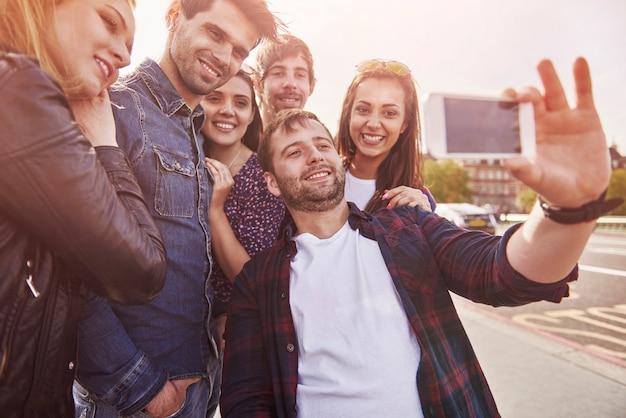 Groep mensen die foto op straat nemen