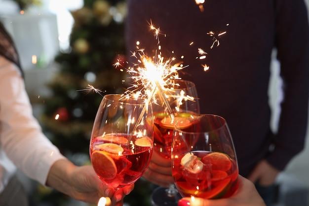 Groep mensen die glazen met cocktails en sterretjesclose-up houden