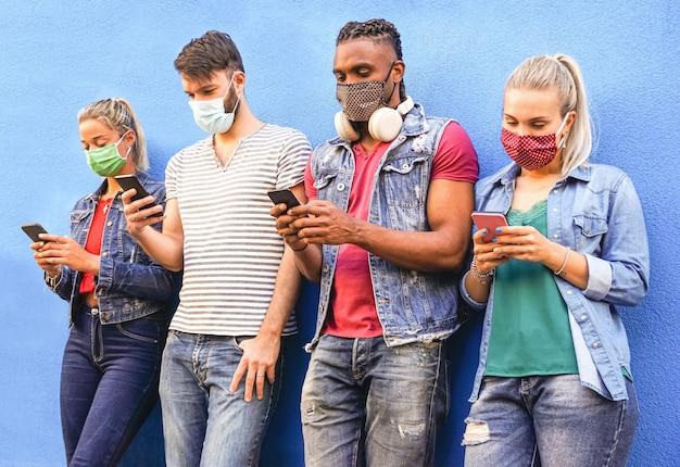 Groep mensen die hun smartphones gebruiken terwijl ze gezichtsmaskers dragen