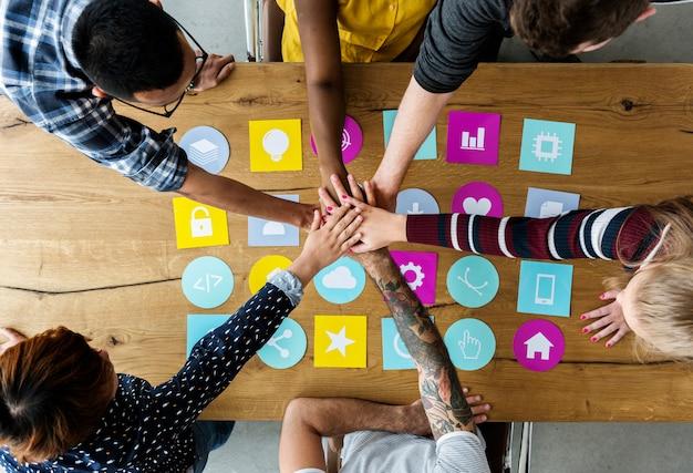 Groep mensen die ideeën ontmoeten die saamhorigheid delen