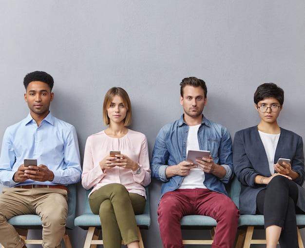 Groep mensen die in wachtkamer zitten