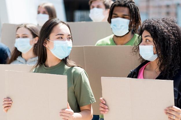 Groep mensen die protesteren en medische maskers dragen