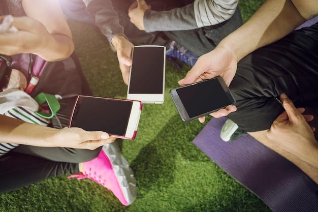 Groep mensen die smartphones samen gebruiken. verbindingstechnologie concept.