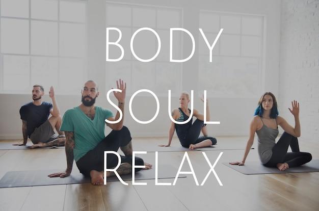 Groep mensen die trainen in yogales voor verlichting van lichaam, ziel en geest