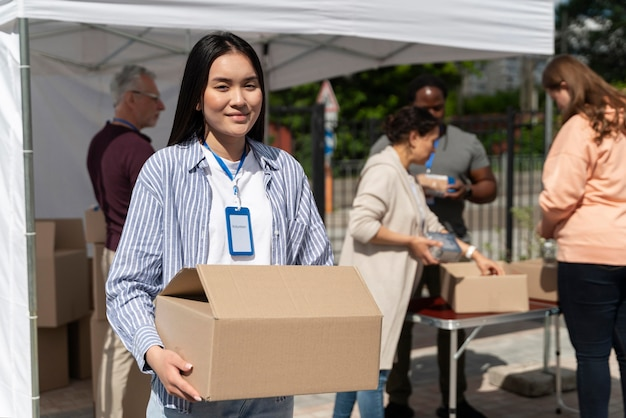 Groep mensen die vrijwilligerswerk doen bij een voedselbank voor arme mensen Gratis Foto