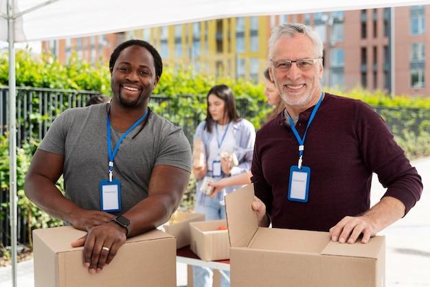 Groep mensen die vrijwilligerswerk doen bij een voedselbank Gratis Foto